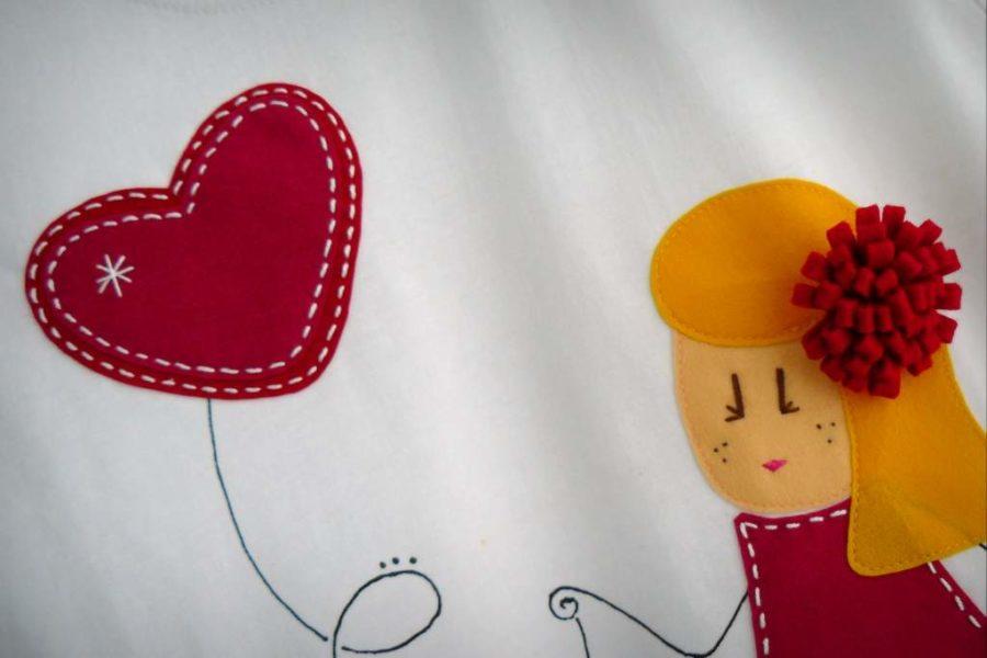 camiseta fieltro personalizada artesania hecho a mano nina enamorada-005