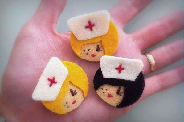 broche de miniaturas en fieltro de enfermeras-001