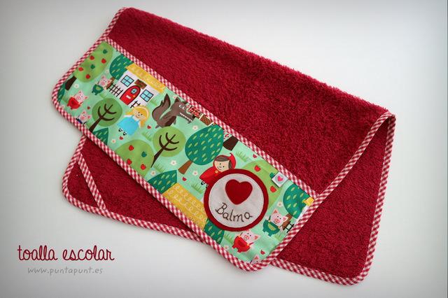 toalla escolar personalizada de color con colgador punt a punt